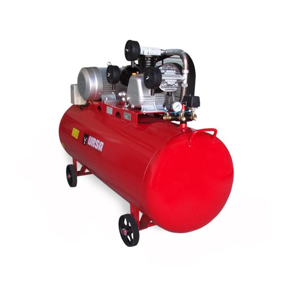 """Компресор за сгъстен въздух с марка URSA. Три цилидрова W-образна помпа с  ниско ниво на шума и висока производителност. С четири колела за по -  лесно преместване в помещението.        Мощност на двигателя: 7.5kW   Обем на резервоара: 500L   Захранващо напрежение: 380V/50Hz   Дебит: 1050l/min   Работно налягане: 10bar ( може да бъде повишено )   Изходи: 3бр. Х 1/2"""""""